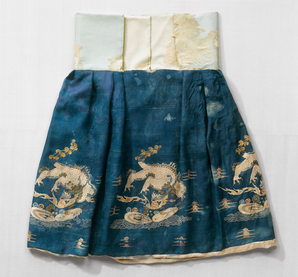 Blue silk skirt embroidered with dragons Northern China, Liao Dynasty, 1st half of the 11th century ©Abegg-Stiftung, CH-3132 Riggisberg (photo: Christoph von Viràg)