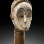 Frank Van Craen Gallery, Head, Fang village of Mela, Monts de Cristal, Gabon, Collected in 1920, Wood, H. 47 cm, © Galerie Frank Van Craen, photo studio Philippe Formanoir - Paso Doble