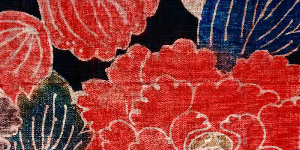 Detail of Sodenashi with Tsutsugaki patterns, Meiji. JAPON & JOUY / Dialogues between Sarasa and Indiennes. Musée de la Toile de Jouy.